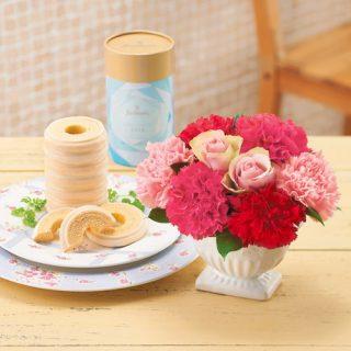 母の日にもらいたいプレゼントは?花とスイーツのセット「日比谷花壇ユーハイム バウムクーヘンと花束」